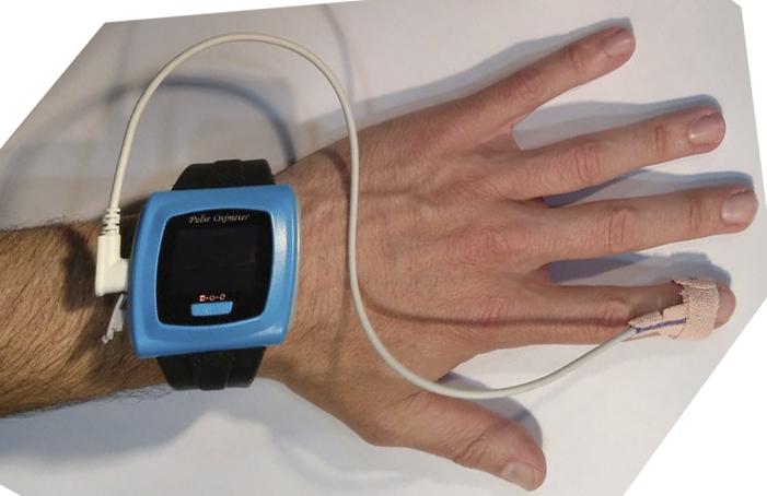 Imagen del Pulsioximetro 50F junto con dedil adhesivo disponible en Biolaster
